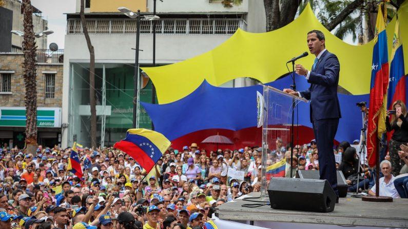 """El presidente encargado, Juan Guaidó (izq), encabeza el 19 de abril de 2019 un """"cabildo abierto"""" en Caracas (Venezuela) para anunciar nuevas acciones en su lucha por desalojar del poder al dictador de Venezuela, Nicolás Maduro. EFE/Rayner Peña"""