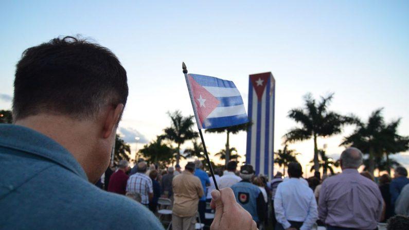 David Acosta Pérez sostiene una bandera cubana durante su participación en una vigilia en contra del diálogo abierto entre Estados Unidos y Cuba, el jueves 22 de enero 2015, en el Monumento Memorial Cubano en Miami, Florida. EFE/Archivo