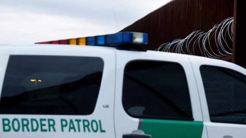 La Patrulla Fronteriza del Valle de Río Grande dio cuenta este viernes del hallazgo en diferentes operativos de unos 600 indocumentados, principalmente provenientes de El Salvador, Guatemala, Honduras y Nicaragua, que cruzaron la frontera de manera ilegal. EFE/Archivo