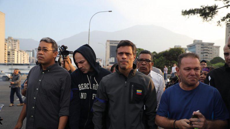"""El opositor venezolano Leopoldo López tras ser liberado este martes en Caracas, donde cumplía una pena de casi 14 años de prisión en régimen de arresto domiciliario, como consecuencia de un """"movimiento militar y civil"""". (EFE)"""