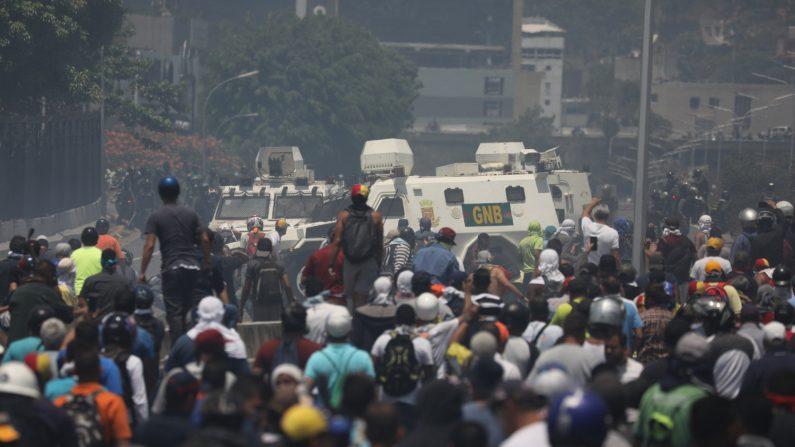 Simpatizantes del presidente encargado, Juan Guaidó, se enfrentan a las fuerzas chavistas de las Fuerzas Armadas Bolivarianas (i), durante una manifestación en apoyo el cese de la usurpación del régimen de Nicolás Maduro en la Avenida Francisco de Miranda, en la zona de Altamira, Caracas (Venezuela). (EFE/Archivo)