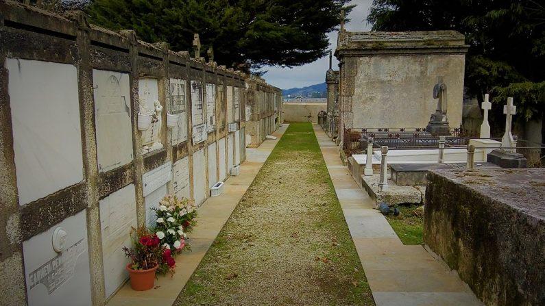 Foto ilustrativa de los nichos de un cementerio. (Agremon | Wikimedia commons)