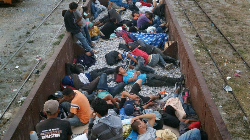 """Migrantes centroamericanos ilegales en las góndolas del tren """"La Bestia"""", en el municipio de Arriaga, en el estado de Chiapas (México), en espera de sean enganchadas para continuar hacia la frontera de Estados Unidos, a pesar de los retenes que las autoridades mexicanas han impuesto para detener su camino, el 25 de abril de 2019. EFE/Carlos López"""