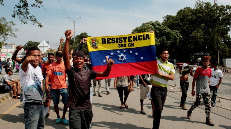 Ciudadanos venezolanos en Colombia se manifiestan este martes en el puente Simón Bolívar, en Cúcuta (Colombia). (EFE/ STR)