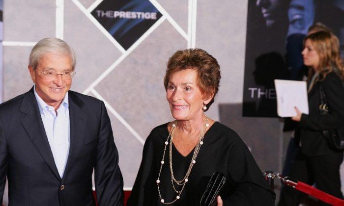 """La juez Judy Sheindlin, estrella del reality show de la corte de televisión de los Estados Unidos """"Judge Judy"""", es presentada con un invitado en una función en Los Ángeles en 2008. (Robyn Beck/AFP/Getty Images)"""