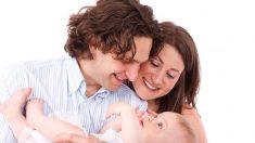 Cuando el nuevo papá carga a su hijita adoptiva, ¡recuerda que ya la había visto en sus sueños!