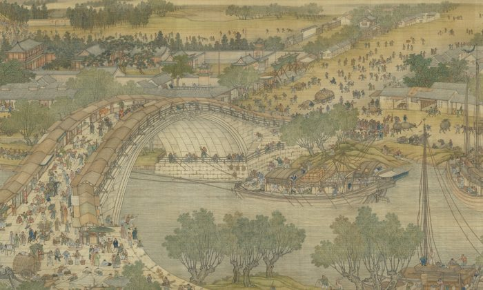 """Una sección de la """"Versión de la Corte Qing"""" de """"A lo largo del río durante el Festival de Qingming"""", un pergamino fechado en 1736, de cinco artistas de la Academia de Pintura y activos en la Corte Qing: Chen Mei, Sun Hu, Jin Kun, Dai Hong y Cheng Zhidao. Tinta y color sobre seda, en el Museo del Palacio Nacional (Dominio Público)"""