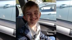 Madre demanda a escuela por diferenciar a su hijo autista poniéndole un chaleco amarillo