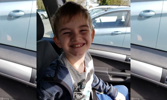 Una foto sin fecha de Charlie Logan, de 7 años, a quien se le pidió que usara un chaleco refractante para que los maestros supieran que es autista, en Londres. (Joanne Logan/Justicia de multitudes)