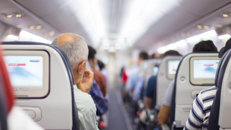 Imagen ilustrativa en el interior de un avión. (Crédito: Matej Kastelic/Shutterstock )