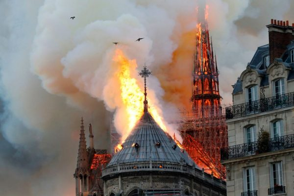 El humo y las llamas se elevan durante un incendio en la histórica Catedral de Notre Dame, en el centro de París, el 15 de abril de 2019, lo que podría estar relacionado con la realización de obras de renovación en el lugar, dijo el servicio de bomberos. (Francois Guillot / AFP/Getty Images)