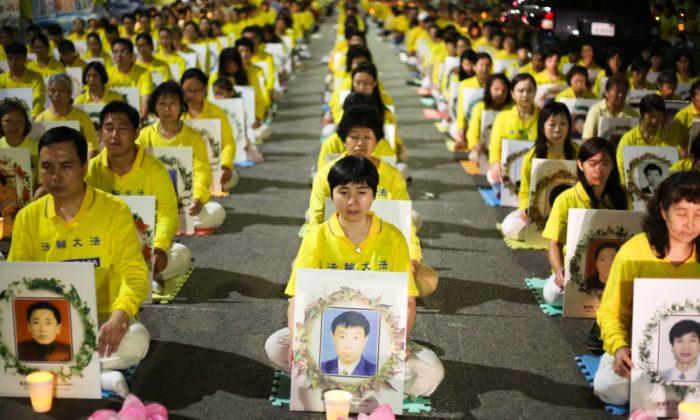 Practicantes de Falun Dafa celebran una vigilia con velas frente al Consulado Chino en Los Ángeles por aquellos que murieron debido a la persecución del régimen chino, el 15 de octubre de 2015. (Benjamin Chasteen/La Gran Época)