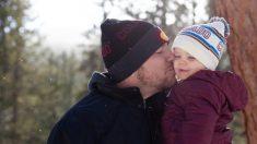 Papá y su pequeña cantan frente al espejo y sus movimientos de baile derriten miles de corazones