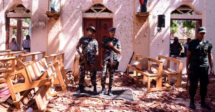 Soldados de Sri Lanka dentro de la iglesia de San Sebastián en Katuwapitiya en Negombo el 21 de abril de 2019, después de la explosión de una bomba durante el servicio de Pascua que mató a decenas de personas. Foto de STR/AFP/Getty Images.