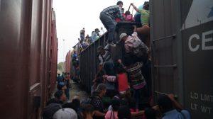 Cientos de migrantes ilegales abordan La Bestia, sumándose a los miles que están en camino hacia EEUU