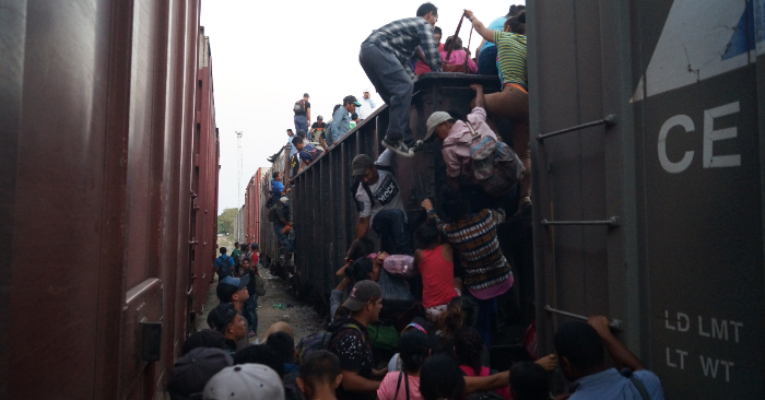 """Migrantes centroamericanos suben este jueves, a las góndolas del tren llamado """"La Bestia"""", en el municipio de Arriaga, Chiapas (México), en espera de que estos sean enganchados para continuar hacia la frontera de Estados Unidos, a pesar de los retenes que las autoridades mexicanas han impuesto para detener su camino. EFE/Carlos López"""