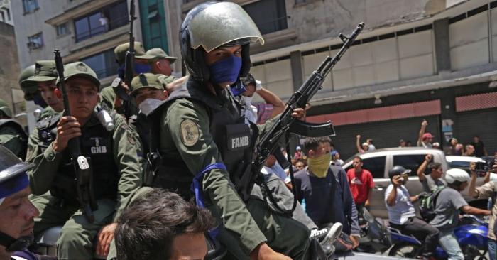 Miembros de la Guardia Nacional Bolivariana que se unieron al presidente encargado Juan Guaidó en la Operación Libertad para poner fin a la usurpación del régimen de Nicolás Nicolás Maduro, son recibidos por los venezolanos en las calles de en Caracas, el 30 de abril de 2019Foto de CRISTIAN HERNANDEZ/AFP/Getty Images.