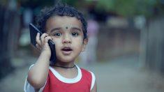 Niña de 4 años queda casi ciega por pasar demasiado tiempo jugando con el celular