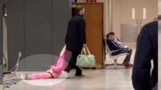 """Papá es captado en video arrastrando a su hija por el aeropuerto: """"Lo entiendo totalmente como padre"""""""