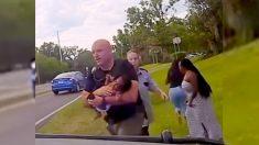 Mamá desesperada entrega su hijo al policía y comienza un viaje en patrullero a toda velocidad