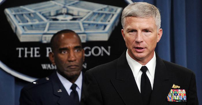 El Almirante Craig Faller (D), jefe del Comando Sur de Estados Unidos y el general de brigada Alfred Stewart (I), durante una comparecencia publica, el 13 de octubre de 2009, en el Pentágono en Washington, DC. Foto de leer TIM SLOAN/AFP/Getty Images.
