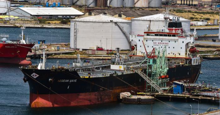 Un petrolero permanece atracado frente a la refinería de petróleo Isla, la cual es arrendada por la compañía petrolera estatal venezolana PDVSA en Willemstad, Curazao, Antillas Holandesas, el 22 de febrero de 2019. Foto de LUIS ACOSTA/AFP/Getty Images.