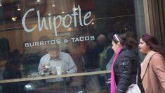 Comentarista de artes marciales mixtas halla 14 grapas dentro de burrito de Chipotle