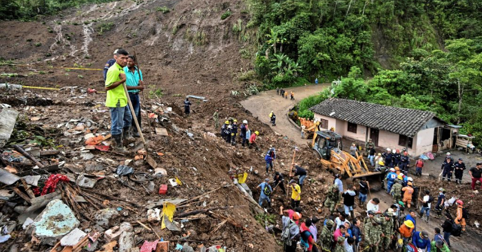 La gente busca víctimas después de un deslizamiento de tierra en Rosas, departamento de Valle del Cauca, en el suroeste de Colombia, el 21 de abril de 2019. Foto debe leer LUIS ROBAYO / AFP / Getty Images.