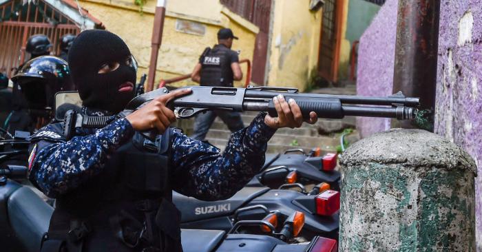 Un miembro del Grupo de Fuerzas Especiales de la Policía Nacional Bolivariana (FAES) durante un operativo del régimen en el barrio de Petare en Caracas, el 25 de enero de 2019. (LUIS ROBAYO/AFP/Getty Images)