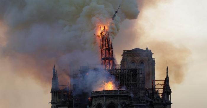 El campanario y la aguja envueltos en llamas se derrumban mientras arde el techo de la Catedral de Notre-Dame de París arde el 15 de abril de 2019 en París. Foto de GEOFFROY VAN DER HASSELT/AFP/Getty Images.