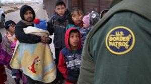 Cada vez más migrantes ilegales se entregan a las autoridades en la frontera México-EE. UU. en Texas