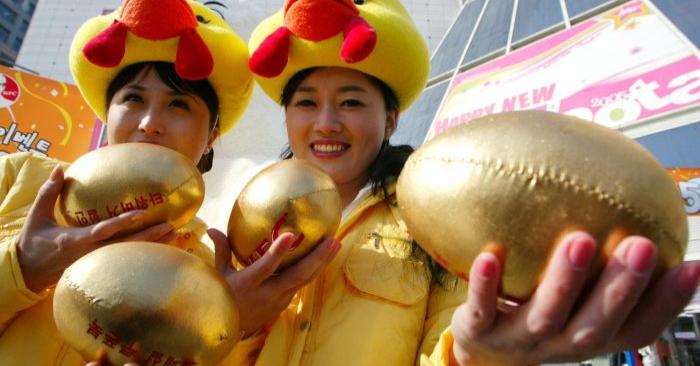 Mujeres con huevos de oro rellenos. Chung Sung-Jun/Getty Images.