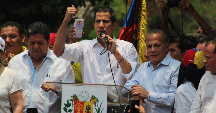 El presidente encargado de Venezuela, Juan Guaidó (c), habla durante un acto en la Plaza Bolívar de Machiques el 13 de abril, en el estado Zulia (Venezuela). EFE/Henry Chirinos.
