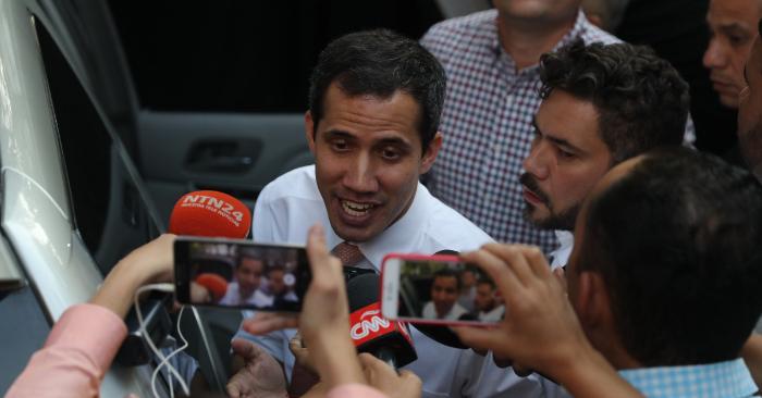 El presidente encargado de Venezuela, Juan Guaidó, ofrece declaraciones a su llegada a un acto público el lunes 1 de abril de 2019, en Caracas (Venezuela). EFE/ Miguel Gutiérrez.