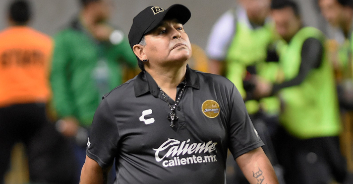 El argentino Diego Armando Maradona, entrenador de los Dorados de Sinaloa del Ascenso del fútbol mexicano, durante el partido entre Dorados de Sinaloa y el equipo cañero del Zacatepec de segunda división, en el estado de Morelos (México). EFE/Archivo
