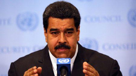 Venezolanos venden papel higiénico con la cara de Maduro para recaudar fondos
