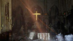 Descubren intactos tras el voraz incendio la cruz y el altar de la catedral de Notre Dame