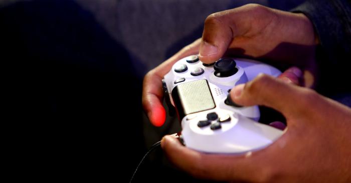 Una vista detallada de un control de Play Station 4 PS4. Foto de Alex Pantling/Getty Images.