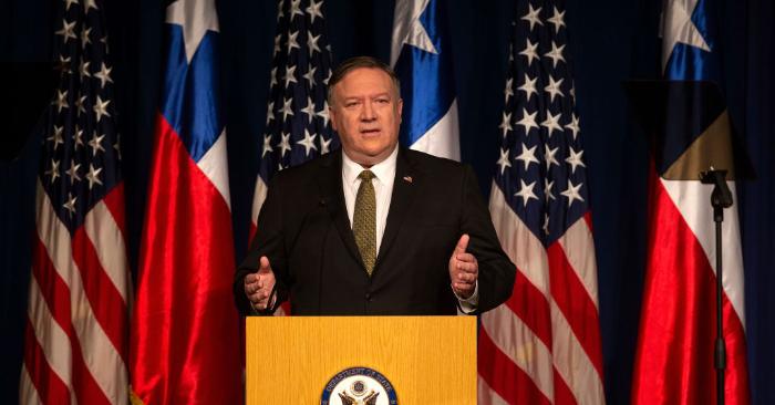 El secretario de Estado de EE. UU., Mike Pompeo, pronuncia un discurso en Santiago de Chile, el 12 de abril de 2019. Foto debe ser CLAUDIO REYES/AFP/Getty Images.