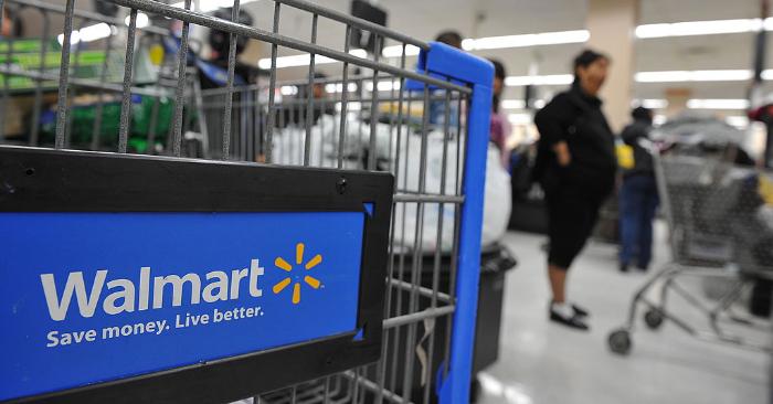 Imagen ilustrativa. Los compradores que hacen cola para pagar sus compras en una tienda Walmart en Los Ángeles, California, el 24 de noviembre de 2009. Foto de ROBYN BECK/AFP/Getty Images.