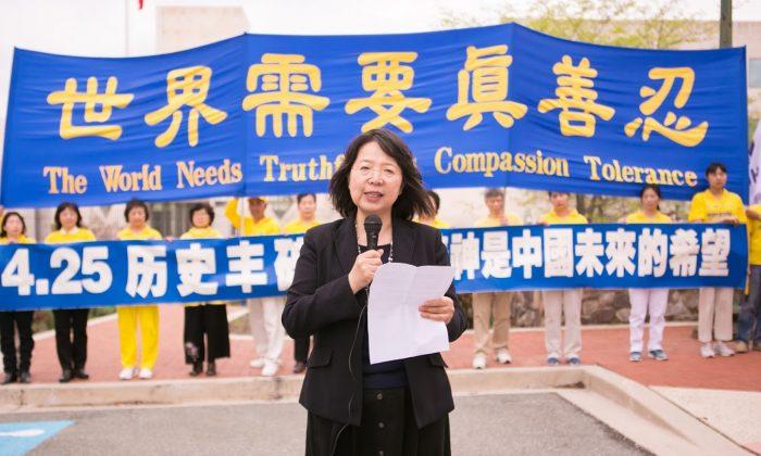 Ge Min, portavoz de la Asociación Falun Dafa de Washington, D.C., en una manifestación en conmemoración de la apelación del 25 de abril en Beijing, en Washington, el 15 de abril. (Lisa Fan/La Gran Época)