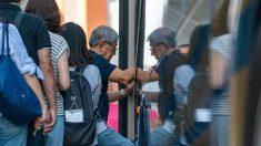 Anciano se sienta a la fuerza en el regazo de una mujer que no le cede el asiento en el colectivo