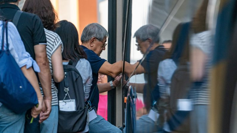 Foto ilustrativa de pasajeros abordando un autobús. (Photo by Anthony Kwan/Getty Images)