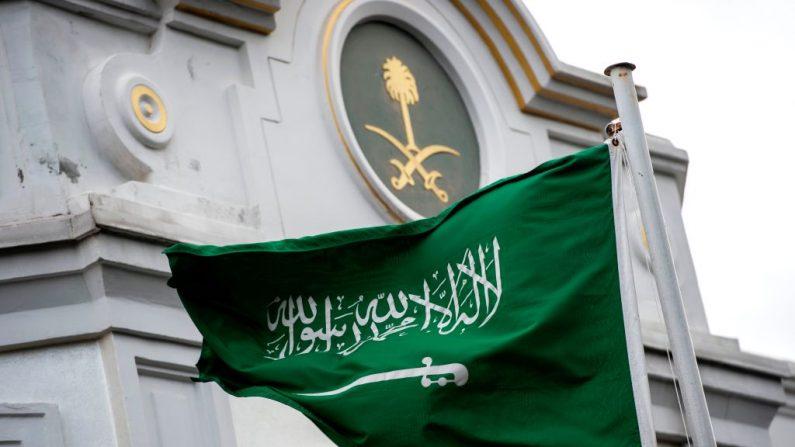 Una bandera de Arabia Saudita con la imagen de la espada ondea frente al consulado de Arabia Saudita en Estambul el 13 de octubre de 2018 (YASIN AKGUL/AFP/Getty Images)