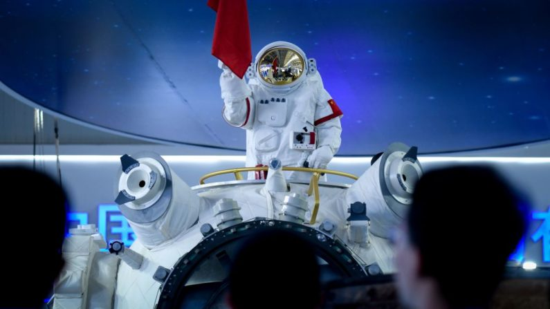 Un modelo de un astronauta es colocado en la parte superior de un modelo parcial de una estación espacial china en el Airshow China 2018 en Zhuhai, provincia de Guangdong, en el sur de China, el 6 de noviembre de 2018. - China presentó una réplica de su primera estación espacial con tripulación permanente, que sustituiría al laboratorio en órbita de la comunidad internacional y simbolizaría las principales ambiciones del país más allá de la Tierra. (Foto de WANG ZHAO / AFP) (El crédito de la foto debe ser WANG ZHAO/AFP/Getty Images)