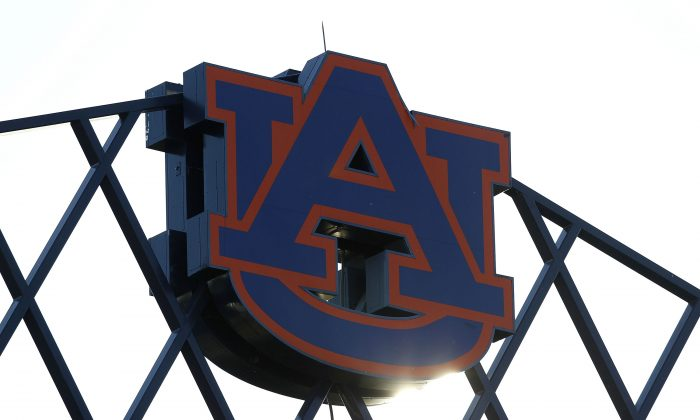 El logotipo de la Universidad de Auburn en la parte superior del Estadio Jordan-Hare. (Mike Zarrilli/Getty Images)
