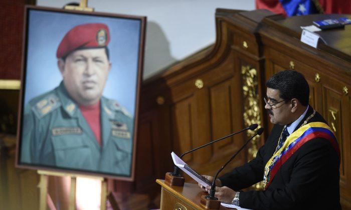 El dictador venezolano Nicolás Maduro habla ante la Asamblea Constituyente cerca de un retrato del difunto mandatario venezolano Hugo Chávez, para anunciar medidas para aliviar la grave crisis económica en Venezuela, en el Palacio Federal Legislativo en Caracas, el 14 de enero de 2019. (FEDERICO PARRA/AFP/Getty Images)
