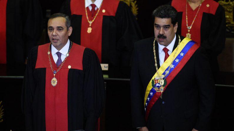 El dictador venezolano Nicolás Maduro (R) y el presidente del Tribunal Supremo de Justicia (TSJ) Maikel Moreno, asisten a la ceremonia de apertura del año judicial en la Corte Suprema de Justicia de Caracas, el 24 de enero de 2019. (FEDERICO PARRA/AFP/Getty Images)