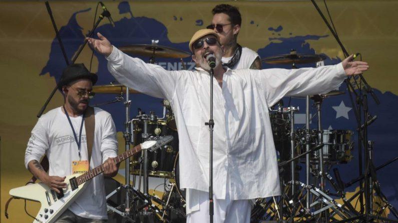 """El cantante y actor español Miguel Bosé, nacido en Panamá, actúa durante el concierto """"Venezuela Aid Live"""", organizado para recaudar fondos para el esfuerzo de ayuda humanitaria venezolano al frente del Puente Internacional Tienditas en Cúcuta, Colombia, el 22 de febrero de 2019. (RAUL ARBOLEDA/AFP/Getty Images)"""