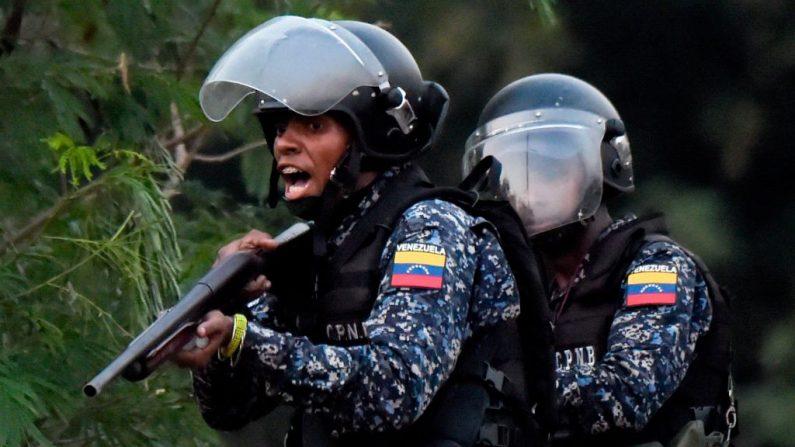 Las fuerzas de seguridad venezolanas reprimen a los partidarios del presidente encargado Juan Guaidó en el lado venezolano del Puente Internacional Francisco de Paula Santander, visto desde Cúcuta, Colombia, el 25 de febrero de 2019. (RAUL ARBOLEDA/AFP/Getty Images)